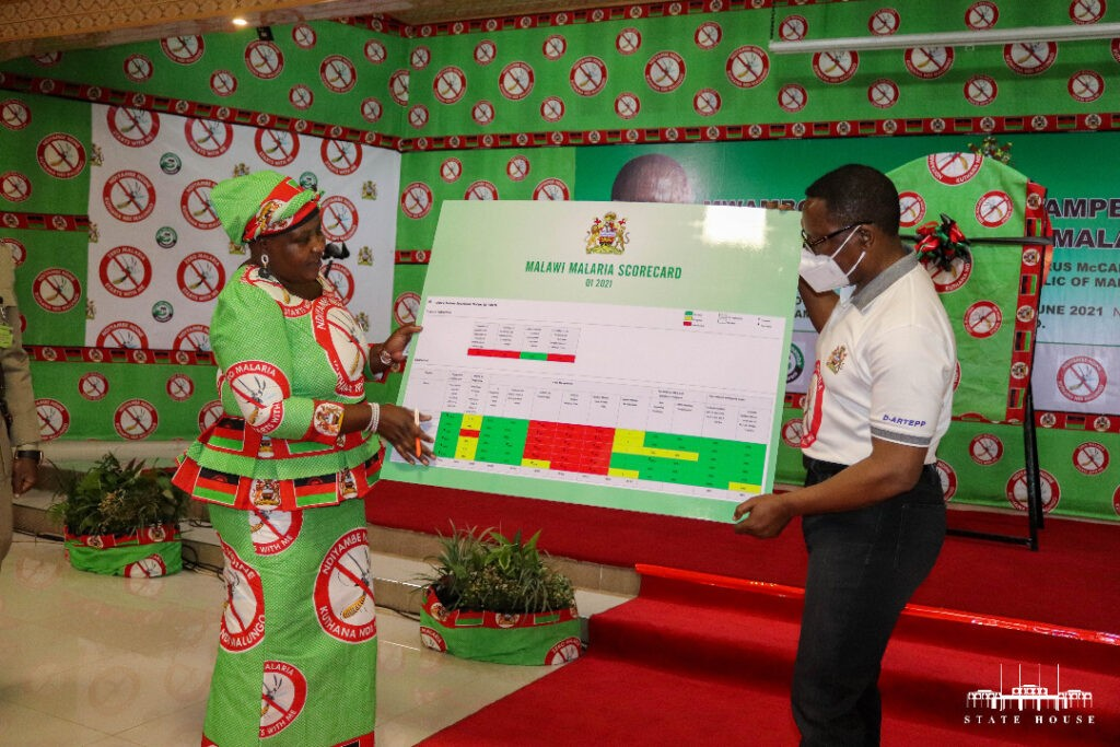 The President and Minister of Health hold up the Malawi malaria scorecard.